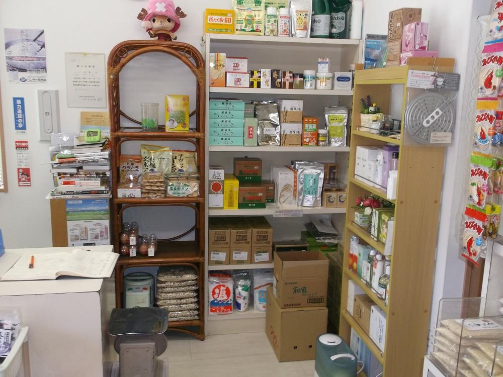 木の棚、強化食品の棚、化粧品の棚