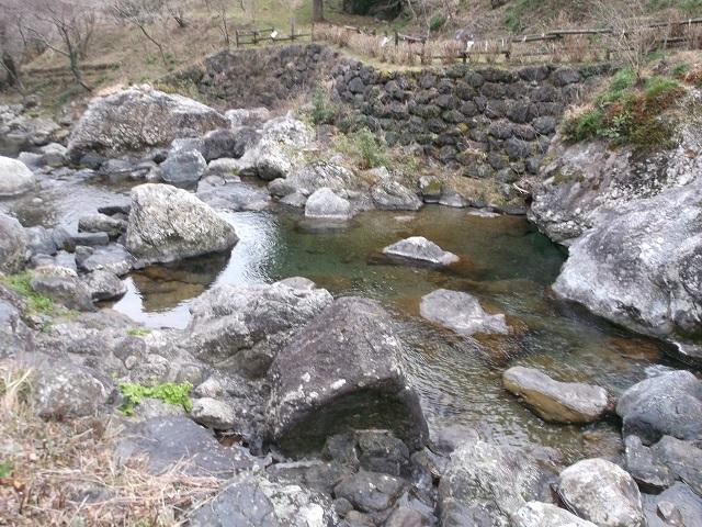 渇水で川底丸見え